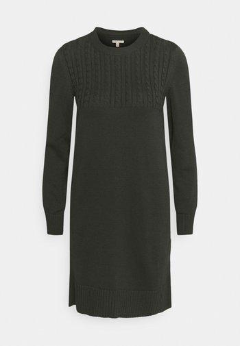 STITCH GUERNSEY DRESS - Pletené šaty - olive