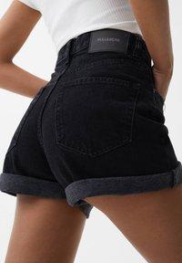 PULL&BEAR - MIT UMGESCHLAGENEM SAUM - Szorty jeansowe - dark grey - 5