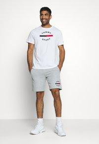 Tommy Sport - PRINTED SHORT - Korte broeken - grey - 1