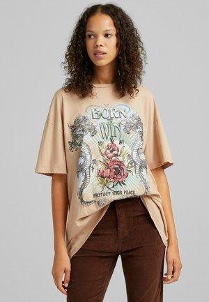 T-shirt z nadrukiem - camel