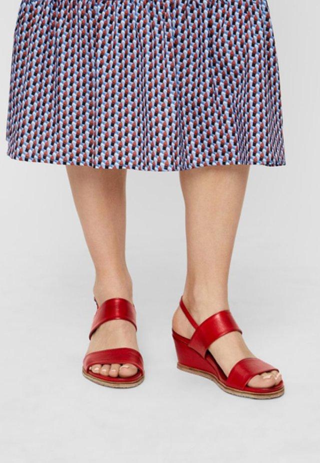 Sandały na koturnie - red