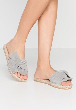 PLAGE  - Muiltjes - gris