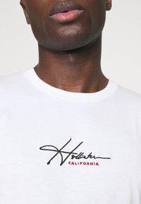 Hollister Co. - TECH SOLIDS EMEA - Camiseta estampada - white - 4