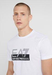 EA7 Emporio Armani - T-shirt med print - white - 4