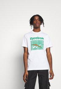 Reebok Classic - TENNIS COURT TEE - Print T-shirt - white - 0