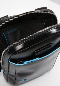 Piquadro - SQUARE CROSS BODY BAG - Across body bag - nero - 4