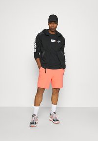 Nike Sportswear - ALUMNI - Träningsbyxor - turf orange - 2
