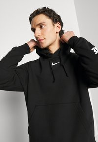 Nike Sportswear - REPEAT HOODIE  - Jersey con capucha - black/white - 4