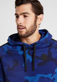 Nike Performance - NBA GOLDEN STATE WARRIORS CAMO HOODIE - Kapuzenpullover - rush blue/black - 4