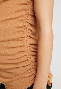 Cotton On - SIDE TIE SHORT SLEEVE - Camiseta estampada - lion - 5