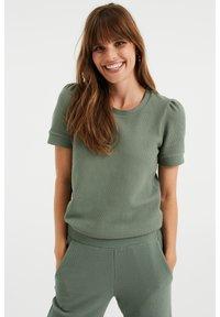 WE Fashion - MET STRUCTUUR - Basic T-shirt - light green - 0