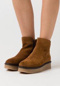 Shepherd - NICKI OUTDOOR  - Kotníkové boty na platformě - camel - 0