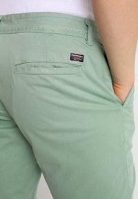Superdry - INTERNATIONAL CHINO SHORT - Shorts - green tea - 4
