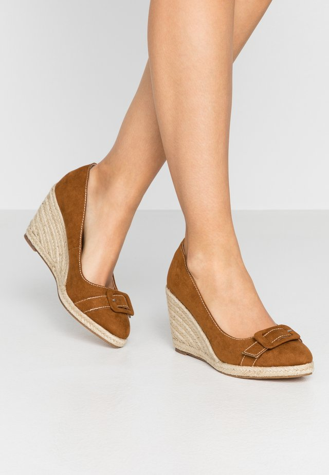 EVE BUCKLE WEDGE COURT - High heels - tan
