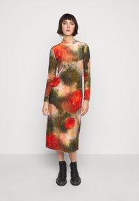 Henrik Vibskov - POLLEN DRESS WET FLOWERS - Žerzejové šaty - multi-coloured - 0