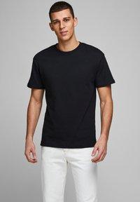 Jack & Jones - JJELIAM TEE SS CREW NECK NOOS - Basic T-shirt - black - 0