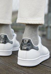 adidas Originals - STAN SMITH  - Tenisky - footwear white/core black/trace grey metallic - 2