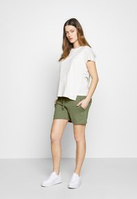 MAMALICIOUS - Shorts - oil green - 1