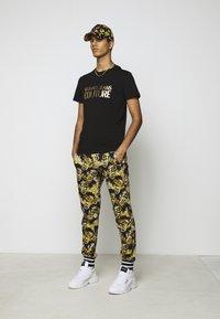 Versace Jeans Couture - MOUSE - Print T-shirt - black - 1