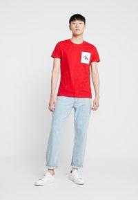 Calvin Klein Jeans - MONOGRAM POCKET SLIM TEE - Triko spotiskem - red - 1