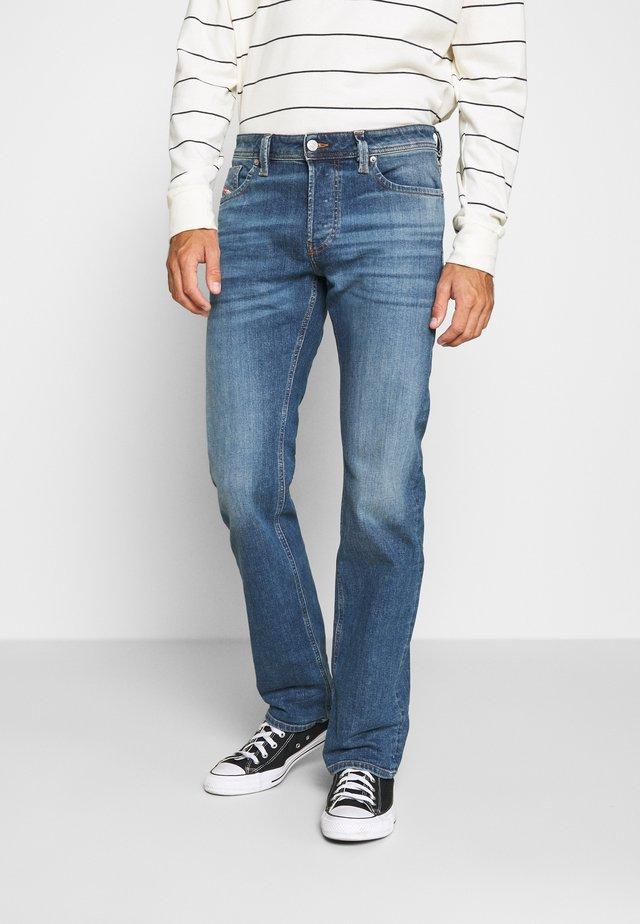 LARKEE - Straight leg jeans - indigo