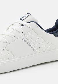 Jack & Jones - JFWEALING - Sneakersy niskie - white/navy blazer - 5