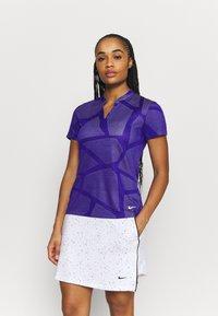 Nike Golf - W NK BRTH SS COURSE JAQUARD  - Print T-shirt - concord/light thistle - 0