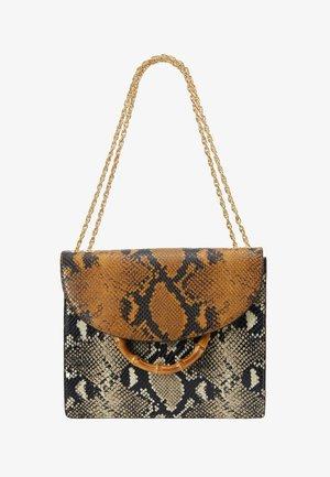 MARLA SQUARE BAG WITH CHAIN - Handbag - amber/sand