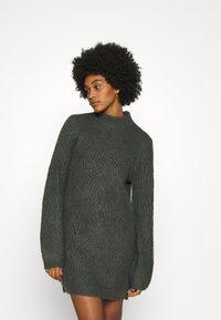 Noisy May - NMEDEN HIGH NECK DRESS  - Strikket kjole - dark grey melange - 0
