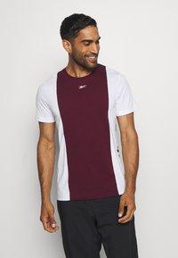 BLOCKED TEE - Print T-shirt - maroon