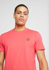 Lyle & Scott - T-shirt - bas - geranium pink - 3