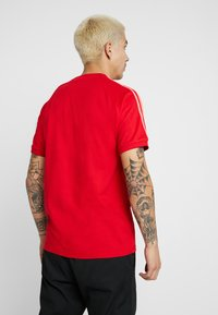 adidas Originals - ADICOLOR 3 STRIPES TEE - T-shirts med print - red - 2