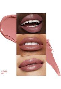 Smashbox - BE LEGENDARY PRIME & PLUSH LIPSTICK - Lipstick - 02 level up - 2