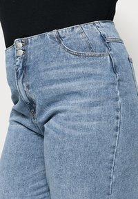 Vero Moda Curve - VMIDA BARREL CUTLINE - Relaxed fit jeans - light blue denim - 4