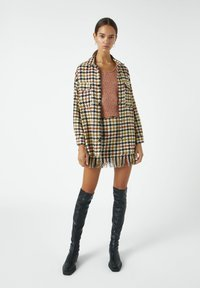 PULL&BEAR - MIT HAHNENTRITTMUSTER - Button-down blouse - yellow - 1