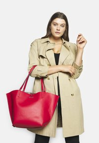 Guess - ALBY TOGGLE TOTE SET - Tote bag - brown/cherry - 0