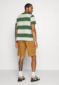 Kickers Classics - HORIZONAL STRIPE TEE - T-shirt z nadrukiem - beige/green - 2