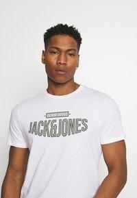 Jack & Jones - JORBOOSTER TEE CREW NECK - T-shirt z nadrukiem - white - 3