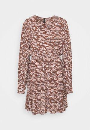 YASSADIE SHORT DRESS  - Denní šaty - cedar wood