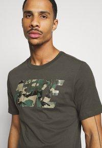 Nike Performance - DRY TEE BLOCK - Print T-shirt - sequoia/mystic stone - 3