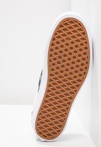 Vans - CLASSIC PLATFORM - Loaferit/pistokkaat - black/white - 9