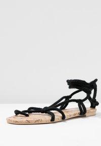 Public Desire - MOJITO - Sandály s odděleným palcem - black - 4