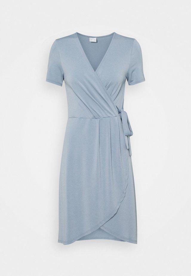 VINAYELI KNEE WRAP DRESS - Jerseyjurk - ashley blue