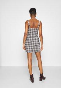 Hollister Co. - CHAIN BARE STRUCT - Denní šaty - black/tan - 2