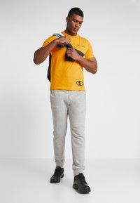 Champion - CREWNECK  - T-shirt con stampa - yellow - 1