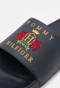 Tommy Hilfiger - POOLSLIDE - Klapki - desert sky - 5