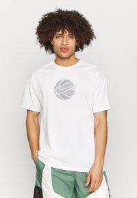 Nike Performance - TEE - T-shirt med print - pure - 0