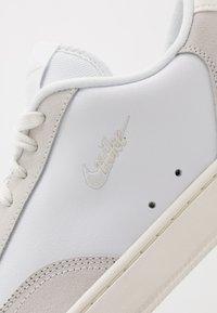 Nike Sportswear - COURT VINTAGE PREM - Baskets basses - white/platinum tint/sail - 5