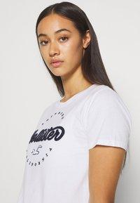 Hollister Co. - TECH CORE - T-shirt z nadrukiem - white circle - 3