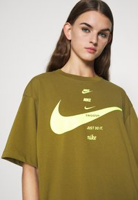 Nike Sportswear - T-shirt imprimé - olive flak/volt - 4